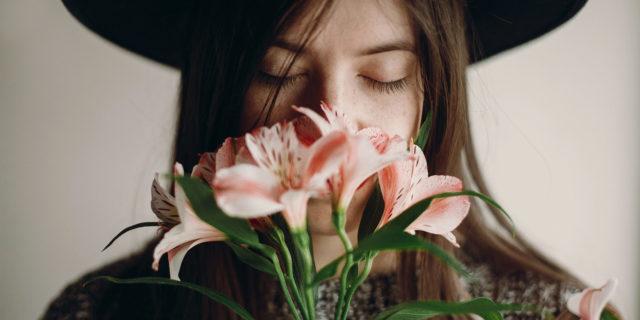 Femme fleurs chapeau_
